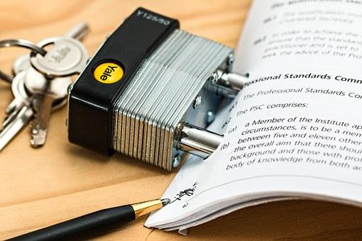 Candado protegiendo documentos